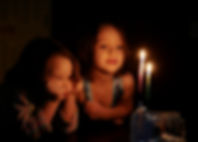 Mum ışığında bakan çocuklar