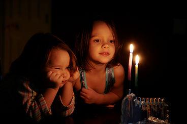 Kinder, die an Kerzen-Glühen anstarren