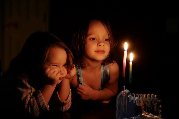 Niños mirando a las velas brillan