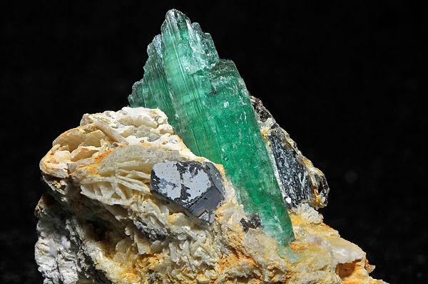 Hiddenite,_cleavelandite,_quartz_1.jpeg