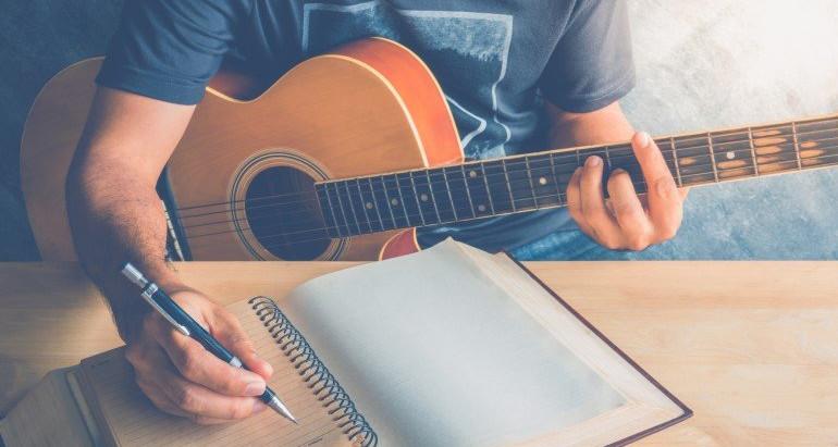 Cómo escribir una canción que conecte con el público.