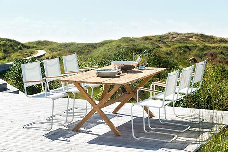inout form Summer 52 vit fåtölj och rektangulärt teakbord