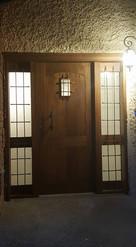 דלת כניסה עם פתחי אור ועבודת נפחות