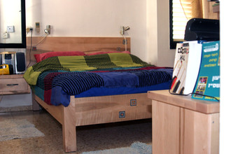 שילוב אריחים מצויירים במבנה המיטה