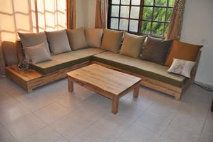 פינה ישיבה - עץ לימבה ושולחן מעץ אלון בלתי גזום