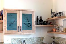 ארונות עליונים בשילוב זכוכית עם התזת חול