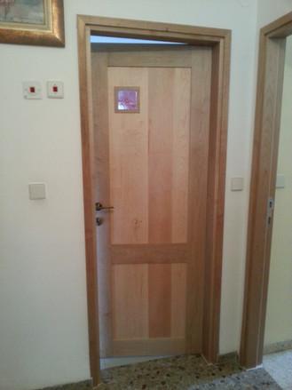 דלת פנים עם פתח אור