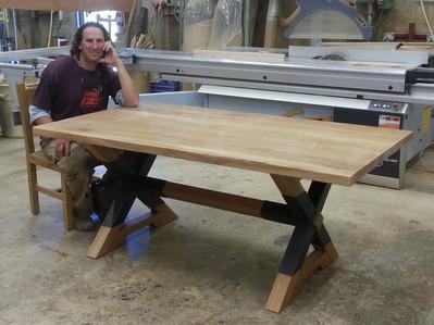 השולחן של יובל גור- שילוב עץ אלון ועבודת ברזל