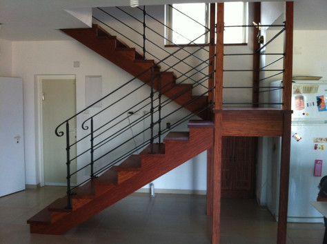 מדרגות עם מעקה בעבודת נפח