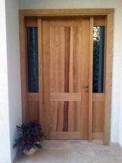 דלת כניסה עם שילוב של פתחי אור