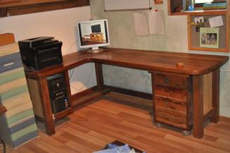 שולחן כתיבה גדול מתצוגה