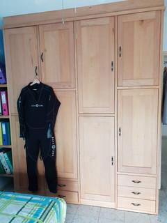 ארון בגדים- תאי מדפים ומגירות