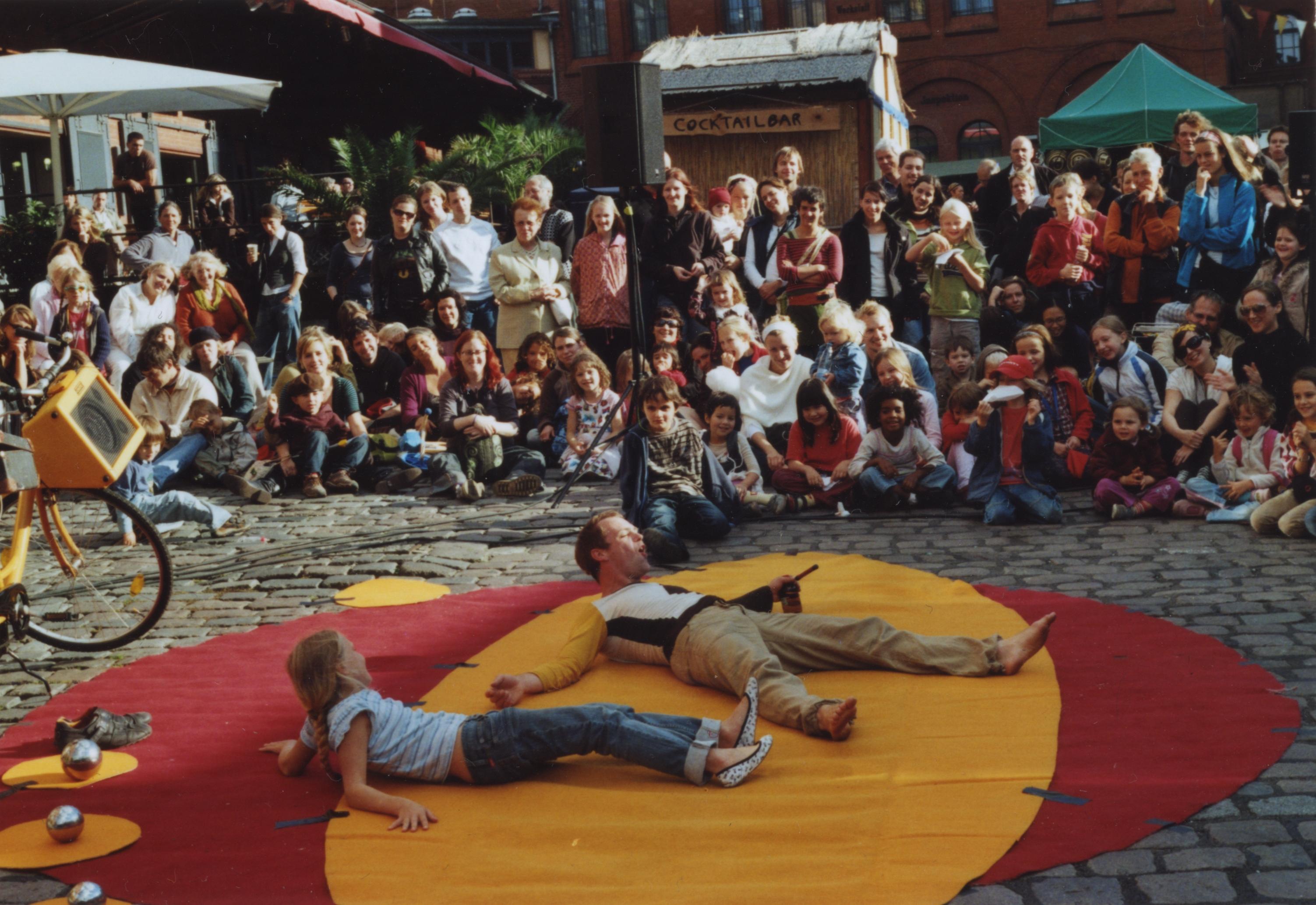 Tanzjonglage das Familienprogramm bei Berlin lacht
