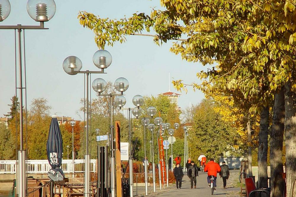 Oulun kauppatorilla ihmisiä syksyllä