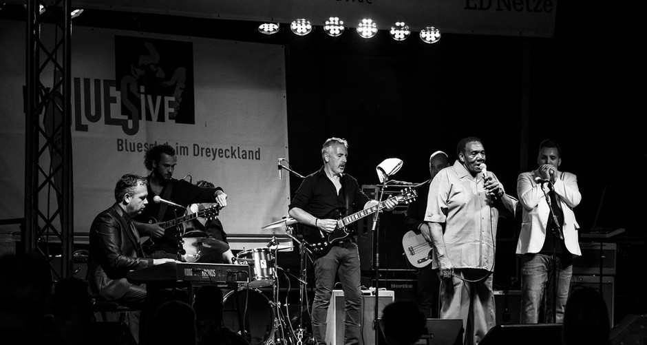 The Muddy Waters Tribute Band backing up Chicago Blues singer Willie Buck (USA)  Dreyland Blues Festival, Schopfeim 2019