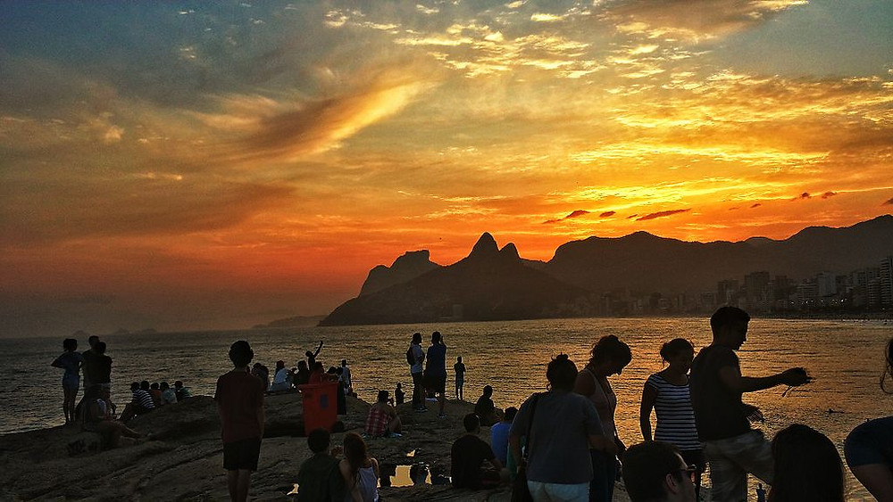 Arpoador is the stretch of land between Ipanema and Copacabana which consists of a beautiful rock formation, a favorite overlook with a wonderful view of Ipanema, Leblon beaches, Morro Dois Irmaos and Pedra da Gávea.