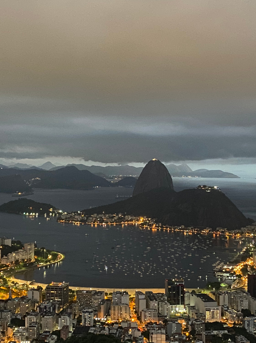 Dona Marta Lookout (or Mirante Dona Marta) is THE place to be for the best night-time views of the Sugarloaf from a lower vantage point than from the Corcovado (and closer).