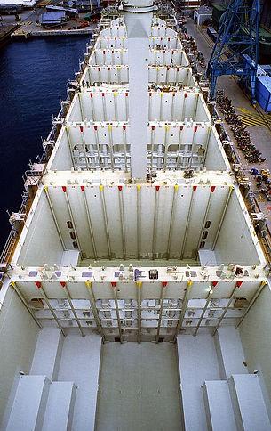 800px-Containerladeräume_Schiff_retouche