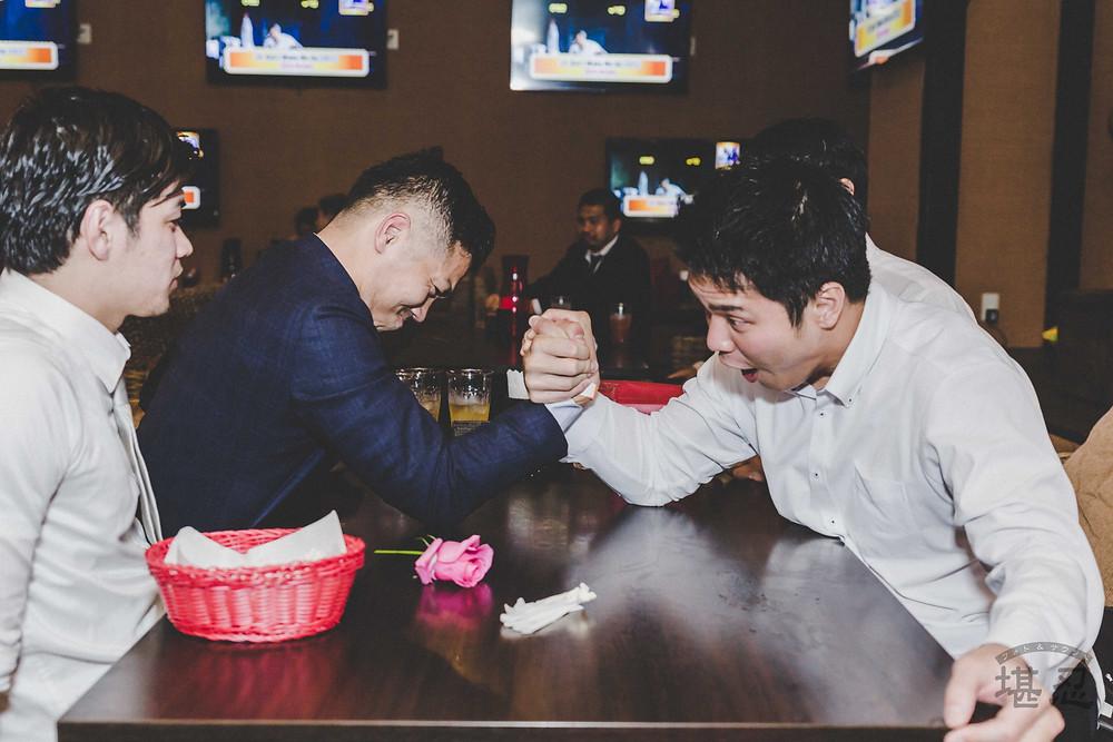 沖縄-結婚式二次会写真-Diningbar LINE-腕相撲