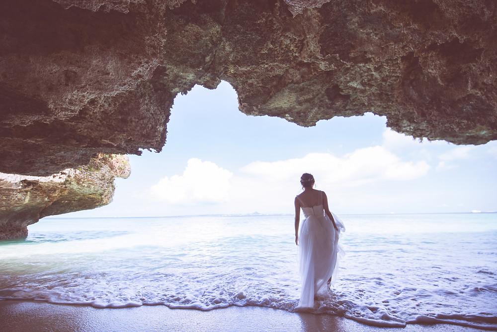 沖縄-瀬底ビーチ-カップル-前撮り-新婦ソロ-岩場-9月