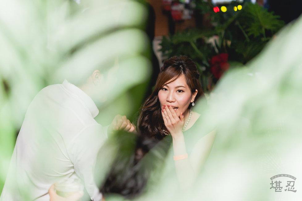 結婚式二次会撮影-バーカウンター-女性