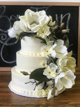 Magnolias and magic wedding cake