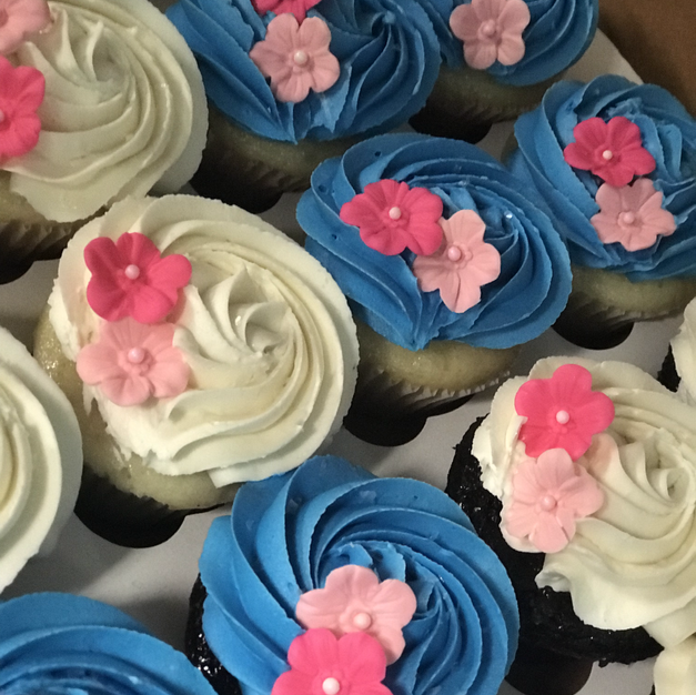 Buttercream and fondant flower cupcakes