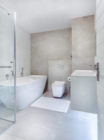apartment-bathroom-bathtub-1457847.jpg