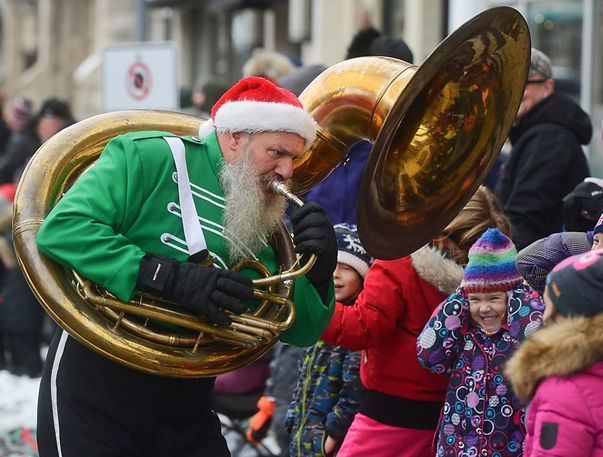 Keith entertaining the kids and their parents, Optimists Alumni (Guelph Santa Parade, 2018)