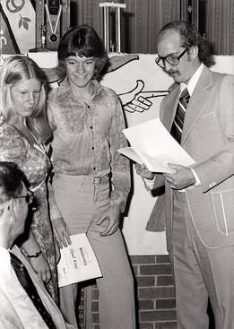 Sandy Konstantinou?, Lloyd King & Peter Byrne (Corps banquet, 1975)