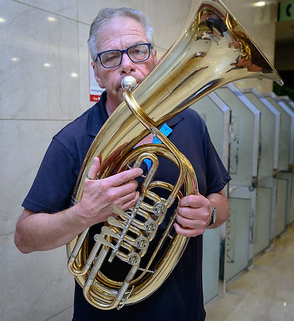 Dave Bruce playing a Kaiser Baritone belonging to a member of the Bavarian band (Jeju, 2017)