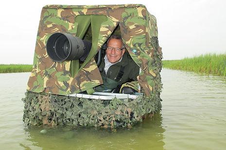 Hier zit ik een Belly boat om vogels te fotograferen vanaf het water.