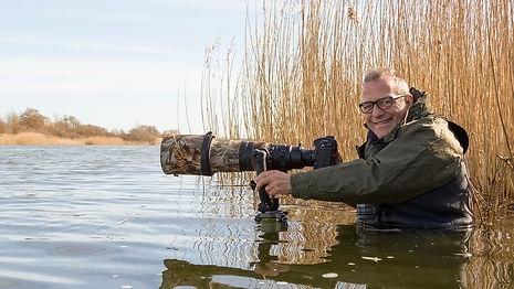 Hier zit ik met waadpak in het water om futen in het voorjaar tijdens de baltsperiode te fotograferen.