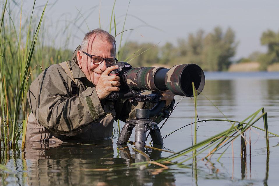 Henk met waadpak bij Roodhalsfuut. Foto gemaakt Servan Ott.