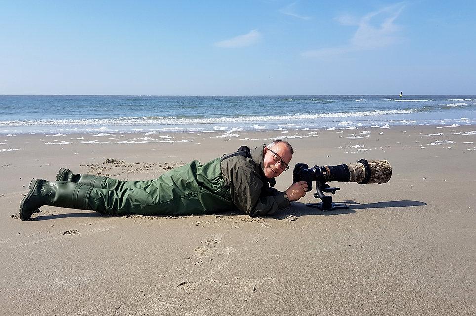 Henk op Texel om Drieteenstrandlopers te fotograferen.