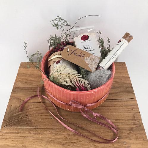 Köstlichkeiten in Keramikschale