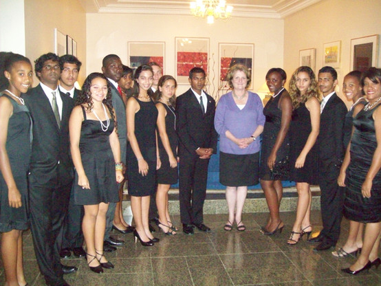 Junior Ambassadors and ISE Director Paullette Diaz-Reed taking an official picture with Former U.S. Secretary Judy McHale.