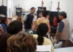 El maestro GMV corrigiendo a los alumnos