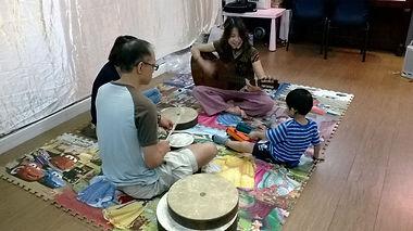 周雪甄 Cat Chau 進行個人音樂治療,與特殊需要小孩及家長互動