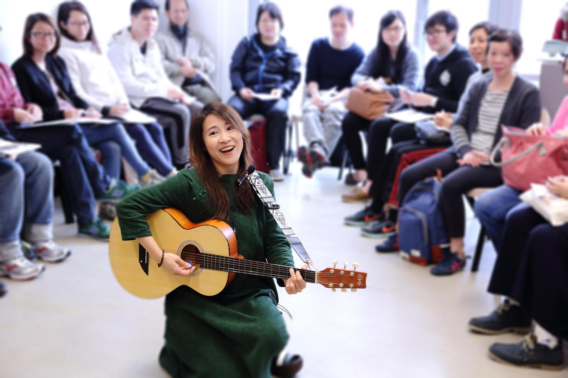 社區音樂工作坊是以多元素遊戲和練習——包括簡單畫畫、戲劇、動作等,讓參加