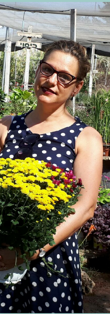 אוספת פרחים במשתלה