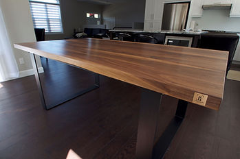 Table_en_noyer_massif_base_en_métal_pei