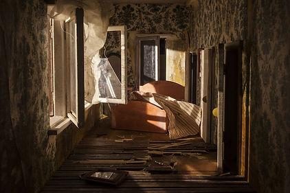 Alice-Pasquini-abandoned-dollhouse-1.jpg