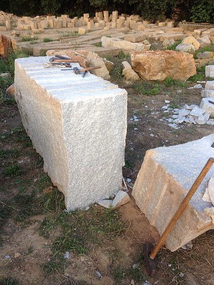 Valla y pilares de granito