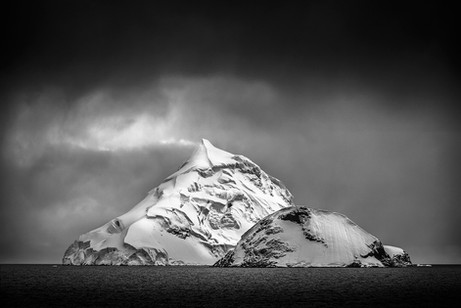 Iceberg picudo ByN.jpg