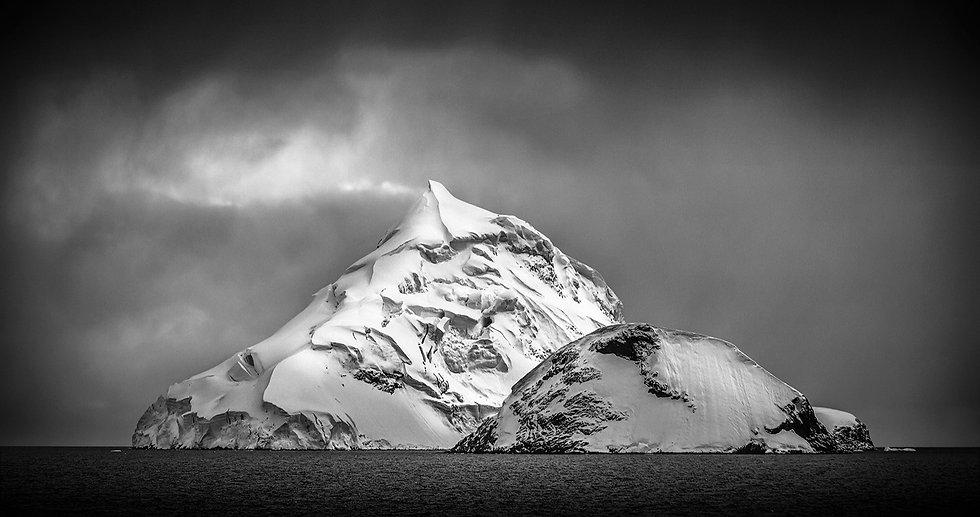 Iceberg%20picudo%20ByN_edited.jpg