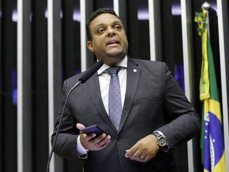 Entre deputados do RJ, pastor bolsonarista se destaca com forte presença no Facebook