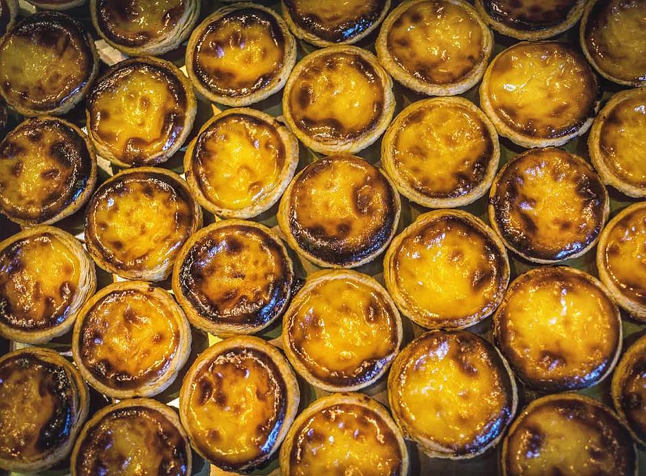 the famous egg custard tarts at Pastéis de Belém