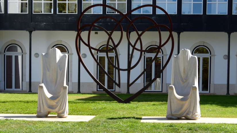 Sculpture of 'Thrones of Pedro and Inês' by Thierry Ferreira and Renato Silva, Jardim do Amor, Alcobaça