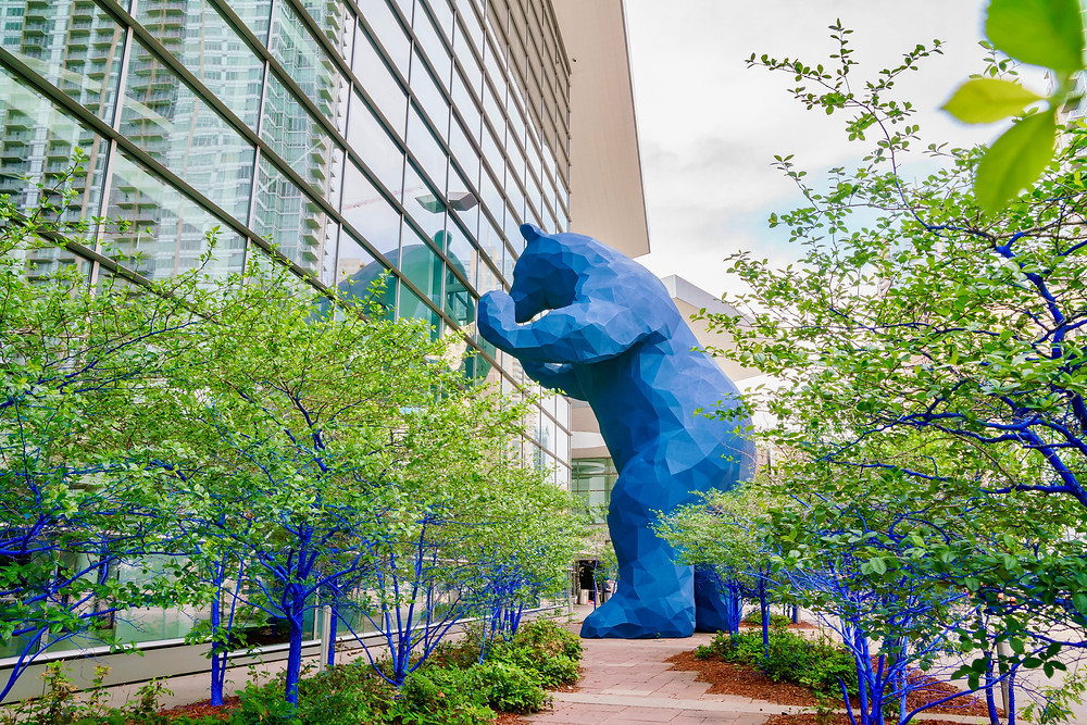 the blue bear sculpture at the Denver Convention Center